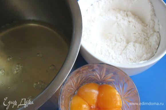 Смешать сахарную пудру (80 г) и муку. Белки отделить от желтков. Желтки не понадобятся. Можно их убрать в холодильник.