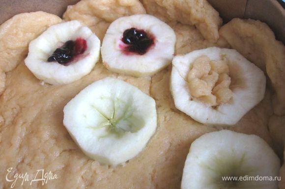 Форму для выпечки застелить пекарской бумагой ( дно и борта). Яблоки помыть, выкрутить «хвостики», разрезать на половинки, аккуратно (очень нежные!) небольшим острым ножом освободить от семенной части, очистить. Тесто положить на дно формы, сделать бортики. Уложить на тесто разрезами вверх яблоки, немного утопив в тесте.