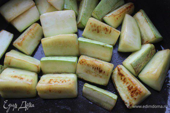 Кабачок нарезать брусочками, обжарить, переложить к картофелю и моркови.