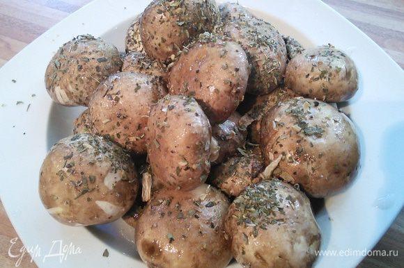 Тем временем замаринуйте шампиньоны в оливковом масле, соли, перца и смеси итальянских трав.