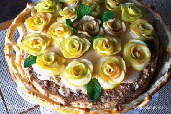 """А вот и сам торт. Получился очень вкусный Арахисовый торт """"Коровка"""" по рецепту Ниночки (к сожалению Нина удалила его с сайта). Я его готовила уже дважды, всем понравился без исключения. Идею украшения торта я позаимствовала у Эллисы, за что ей огромное спасибо http://www.edimdoma.ru/retsepty/59640-tort-million-alyh-roz-dlya-edim-doma."""