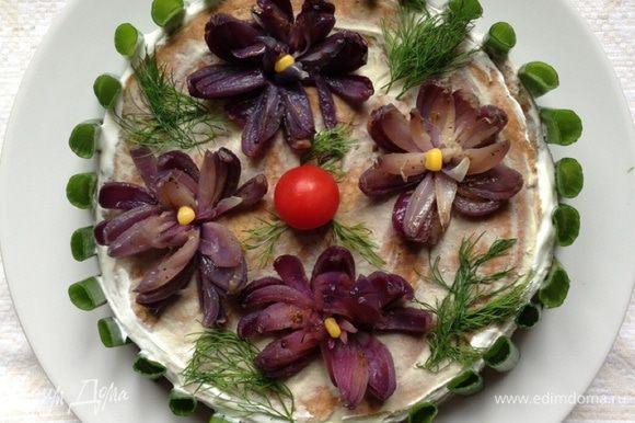 """На следующий день украшаем тортик. Я оформляла луковыми цветами, рецепт можно посмотреть здесь http://www.edimdoma.ru/retsepty/67335-zakuska-pryanye-tsvety-iz-luka-s-syrnym-sousom и зеленью. В центр для яркости положила помидорку черри. Так как идея сделать """"забор"""" из зеленого лука мне пришла непосредственно перед подачей, а крема у меня уже не было, то я """"посадила"""" его на сметану."""