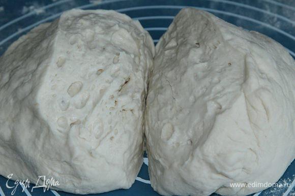 Замесила руками и разделила тесто на две части. Тесто получилось очень пузырчатым.