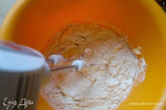 Добавляем молоко, соль и порциями муку.