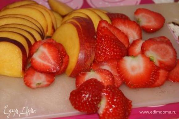 Ягоды и фрукты порезать дольками (у меня клубника и нектарин).