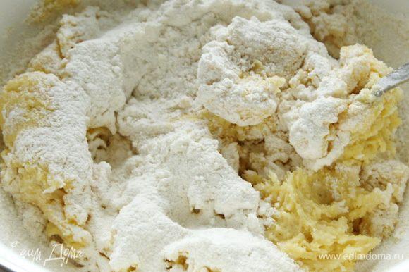 Добавить яйцо, затем просеянную муку. Замесить тесто и собрать в шар. Отправить тесто в морозильник на полчаса.