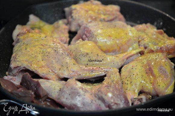 Вылить на горячую сковороду растительное масло, выложить кусочки кролика, полить растопленным сверху маслом. Закрыть крышкой и жарить до готовности.