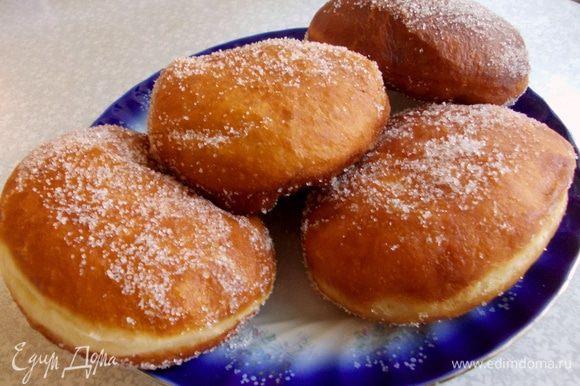 В отдельную тарелку насыпьте сахара. Обволоките пончики с двух сторон в сахаре и не замедлительно попробуйте эту вкуснятину. приятного аппетита.