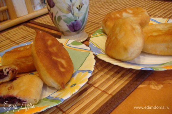Начинка у меня: свежая черемуха, перекрученная несколько раз + сахар по вкусу. (Косточки есть, конечно, мелкие, но все равно очень вкусно) Пирожки обжариваем на подсолнечном масле. Также у меня пирожки были и с картофельным пюре.