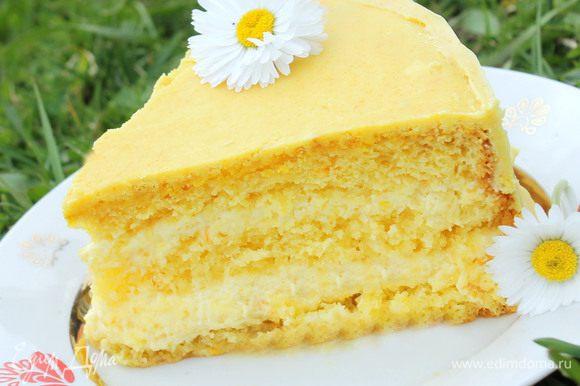 Сборка: один корж заключить в кольцо для торта. Пропитать его и выложить 1/2 апельсинового крема. Накрыть вторым коржом, также пропитать его и сверху выложить оставшийся крем. Накрыть третьим коржом. Растопить на водяной бане шоколад с растительным маслом и полить глазурью торт. Поставить на ночь охлаждаться