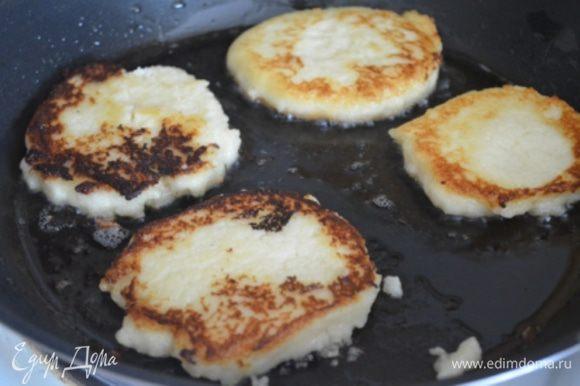 На сковороде разогреть растительное масло, выложить на нее порциями ложкой тесто и обжарить оладушки с обеих сторон под крышкой.