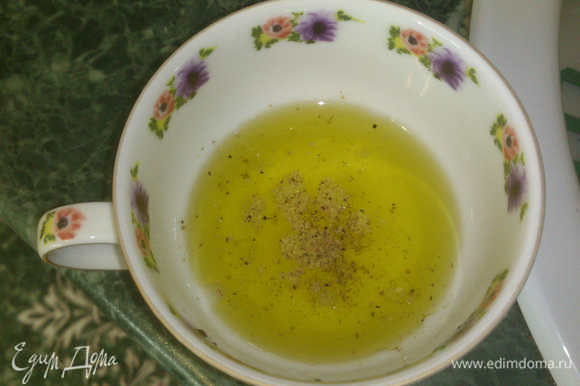 Готовим масляную заправку. В оливковое масло добавляем лимонный сок (ориентировочно 3 части масла:1 часть сока, а так по вкусу), немного соли и свежемолотого перца. Пусть постоит.