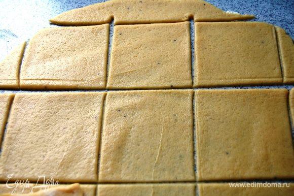 Охлажденное тесто нужно раскатать толщиной 2-3 мм. Разрезаем на одинаковые квадратики.