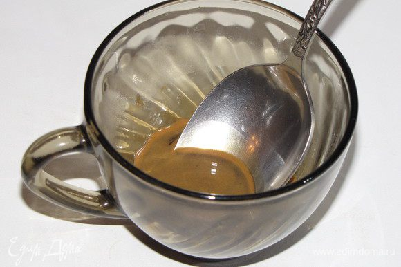 Пока бисквит остывает приготовим мусс. Растворить кофе в двух ст. ложках кипятка и дать остыть.