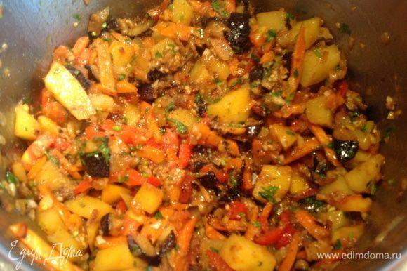 Поставьте кастрюлю с овощами на маленький огонь и тушите 10 мин.
