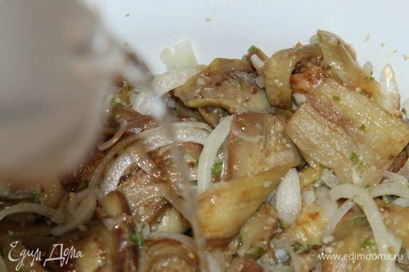 Соединяем соль, сахар, воду и уксус. Размешиваем до растворения сахара и соли, выливаем в салат.