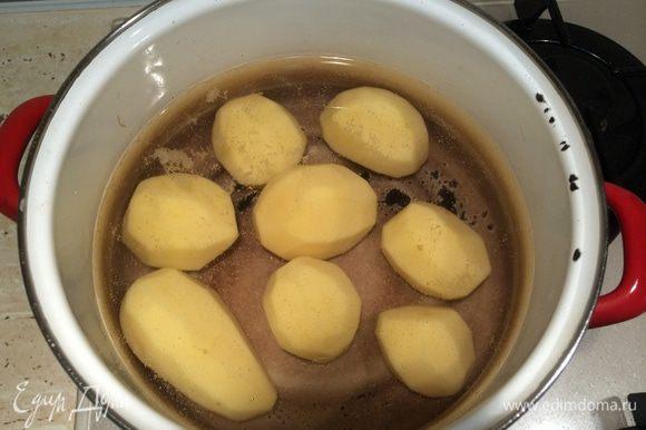 Картофель отварить в течение 10-12 минут с момента закипания воды. Оливки раздавить плоской стороной ножа и удалить косточки.