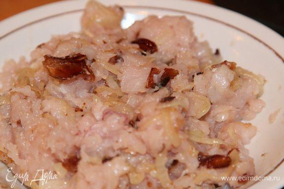 Куриное филе смалываем в фарш, добавляем лук с грибами и вымешиваем.