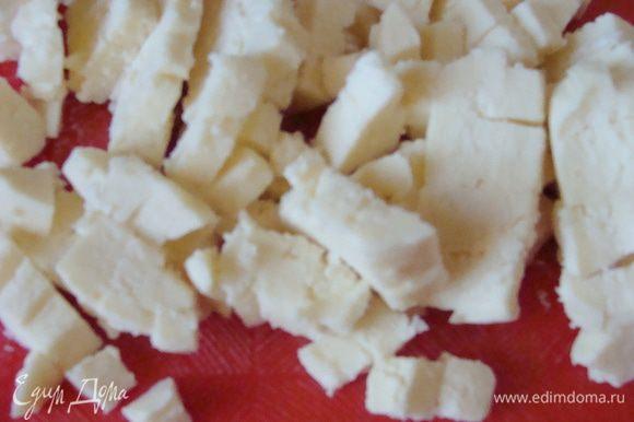 Адыгейский сыр порезать мелким кубиком.