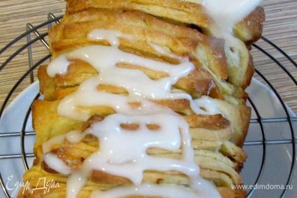 Готовый хлеб вынуть из духовки и дать ему постоять, минут 10, вынуть из формы. Приготовить глазурь, смешав 125 г сахарной пудры с 2 ст. л. воды, взбить до гладкости и нанести глазурь на хлеб.