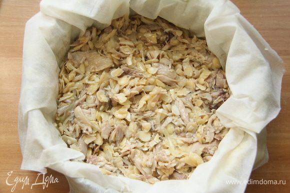 Выложить половину начинки. Закрыть четырьмя листами фило, смазанными маслом. Выложить оставшуюся часть начинки.