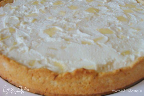 Готовый пирог достать из духовки, освободить от формы.