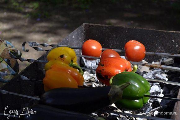 Итак:) все что ускользает - если это баклажаны, кабачки, перец сладкий, чили, сельдерей, морковь разрезаем (кому как удобно, мне нравится на длинные сегменты для гриля резать) , сбрызгиваем маслом приправляем солью, перцем и ароматными травками и жарим на сухом гриле до очень черных полосок. Гриль может быть в виде сковородки с полосками, домашний гриль или открытый огонь (что вообще круто), можно вообще на шампурах (как на фото) ну конечно тогда целиком.
