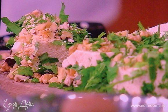 Террин нарежьте на порционные кусочки, не слишком мелко, обваляйте его в орехово/травяной смеси: щедро и подавайте, к примеру с поджаренными на оливковом масле гренками из ржаного хлеба. Бокальчик белого охлаждённого сухого вина идеально подойдёт к сырной закуске!