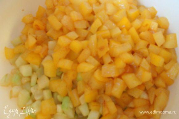 Желтый перец (можно красный или оранжевый) так же порезать и обжарить, присолив в конце. Перемешать с кабачком.