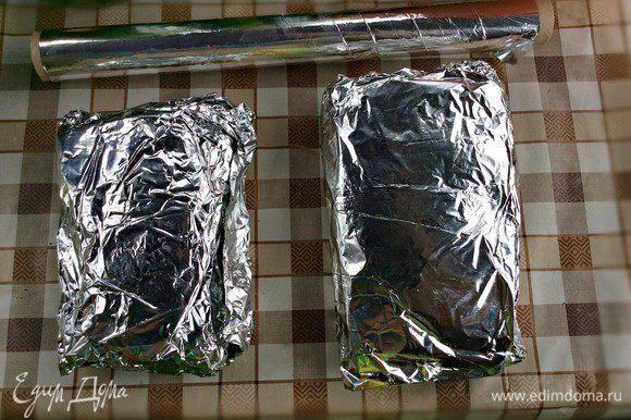 Заверните рыбу плотно в фольгу и выложите на решётку гриля.