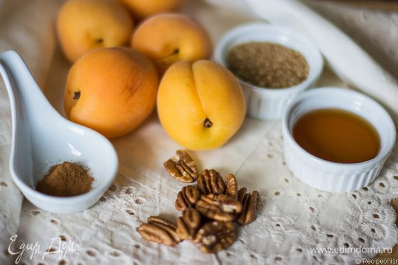 Я даю рецепт в расчёте на 5 штук, а вы уж сами решайте, сколько вам их нужно. Важно: абрикосы должны быть спелыми и сладкими, иначе не получится то, что нужно. Орехи можно взять грецкие или миндаль. И так и так очень вкусно. Я больше люблю с грецкими и этот рецепт отсняла именно с ними. Масло нужно для смазывания противня.