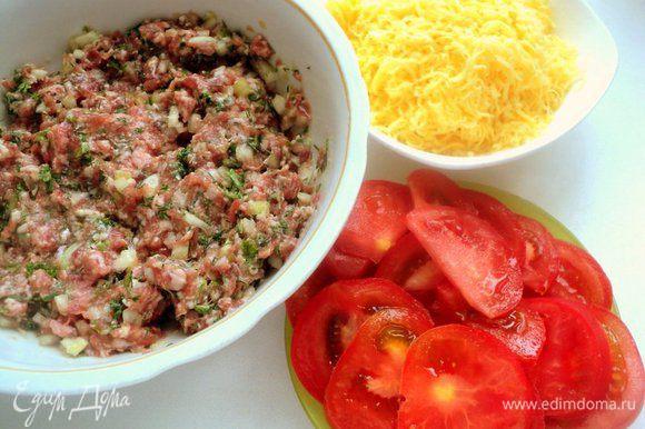 Нарезать тонкими кружками помидор и натереть сыр.