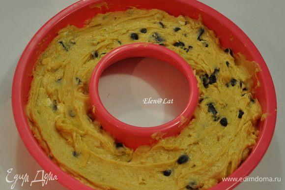 Крупно порубите шоколад и орехи. Добавьте в тесто. Силиконовую форму наполните тестом и выпекайте кекс в предварительно разогретой до 180С духовке 30-40 минут.