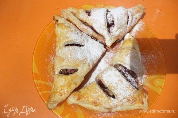 Готовые пирожки посыпать сахарной пудрой. Приятного аппетита!!!