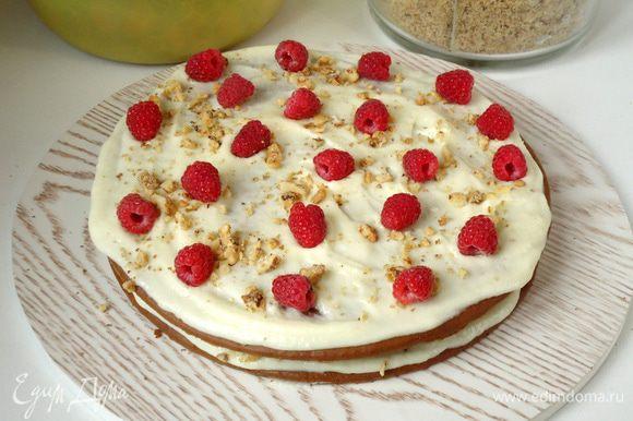 Собираем торт: На каждый корж нанести крем, хаотично разложить ягоды и присыпать орехом.