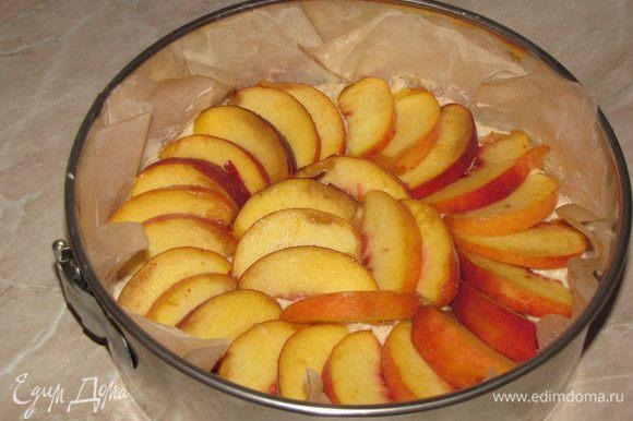 Разложить дольки персиков по поверхности теста. Если персиков будет много, то кладите их внахлест. Чем больше персиков, тем вкуснее.)))