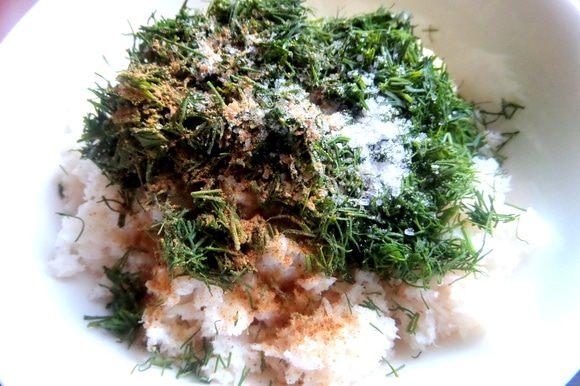 Добавить укроп в начинку с солью и с такими готовыми приправами: горчица,чили,паприка,куркума,лук,базилик.