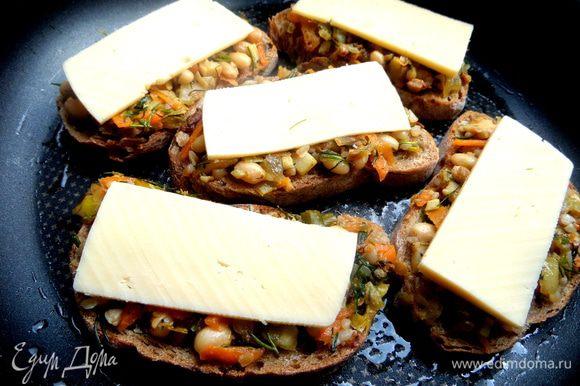 Сверху кладём по пластинке сыра и переносим в смазанную форму.