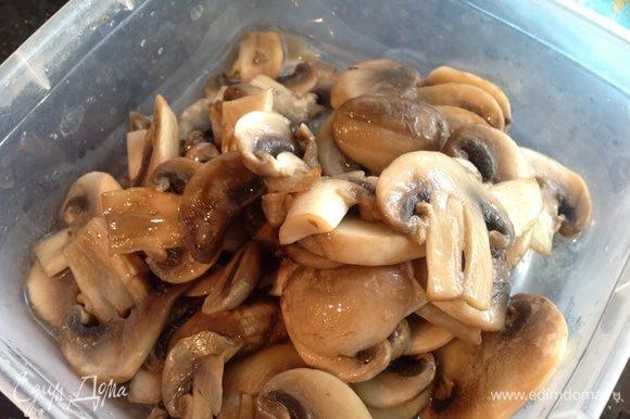 На раскаленную сковороду налейте 1 ст. л. растительного масла и быстро обжарьте грибы. Выложите.