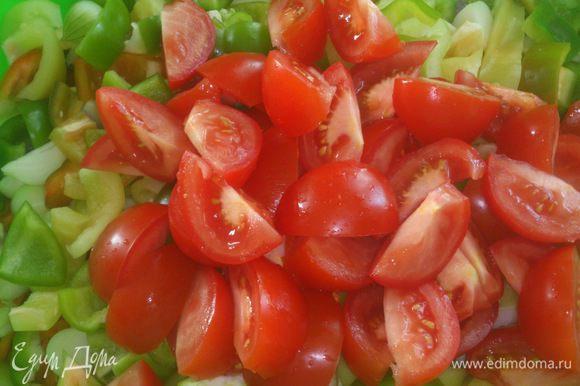 Завершают все помидорчики. Крупными дольками. Они потом в салате не сохранят форму, зато дадут вкусный сок.