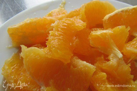 Апельсины разбираем на сегменты и очищаем от пленок.
