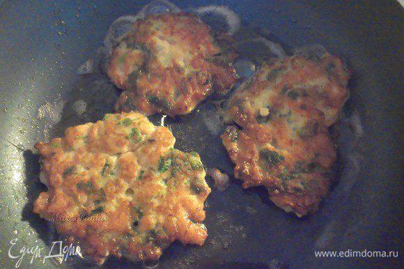 Нагреть сковороду, добавить растительное масло. Рыбную массу зачерпывать столовой ложкой и выкладывать на сковороду. Обжаривать с двух сторон на среднем огне. *****Можно приготовить котлетки и на пару.