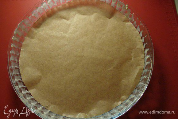 Подготовим форму для тарта. Дно застелим пекарской бумагой, края смажем мягким маслом.