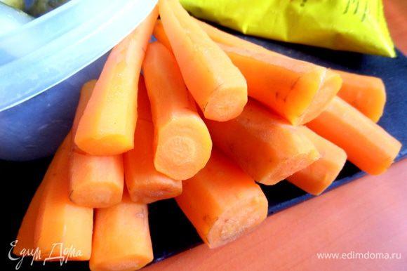 Морковь у меня мелкая,поэтому много! Отвариваем,чистим.