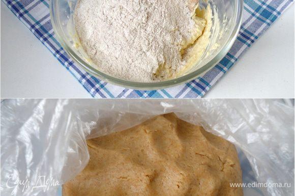 Смешать цельнозерновую, рисовую муку, а так же разрыхлитель. Просеять сквозь сито и замесить мягкое тесто. Если вам покажется, что тесто туговато, добавьте ещё ложку сливок.