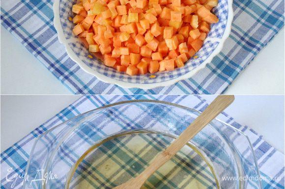 Для цукатов в сиропе: Морковь промыть и очистить, нарезать кубиком. В кастрюльке смешать сахар с водой и сварить сироп.