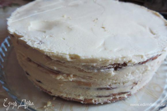 Утром освобождаем торт от бортиков формы. Я просто аккуратно провожу ножом вдоль бортика и снимаю кольцо.