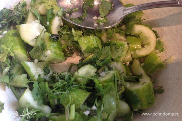 Смешайте огурцы, кинзу и чеснок в салатнике.