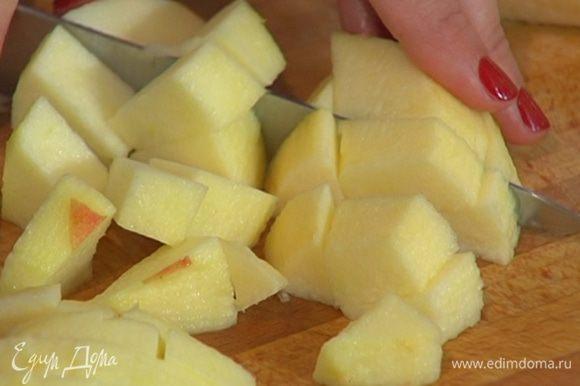 Яблоко очистить от кожуры и, удалив сердцевину, нарезать кубиками.