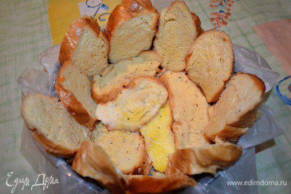 Разъёмную форму для выпечки выстлать бумагой для выпекания и смазать оливковым маслом. Окунуть ломтики хлеба в получившуюся смесь и выложить дно и края формы. Запекать 5 мин в разогретой до 180г духовке.